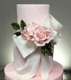 So beautiful ! Bolo by . Black Wedding Cakes, Fall Wedding Cakes, Beautiful Wedding Cakes, Wedding Cake Designs, Beautiful Cakes, Bolo Fondant, Fondant Wedding Cakes, Fondant Cakes, Wedding Cake Centerpieces
