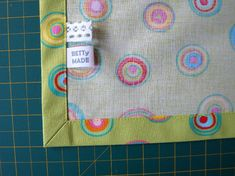 Jak ušít rohy / How to sew corners Sewing Tips, Sewing Hacks, Sewing Projects, Sewing Patterns, Napkins, Quilting, Language, Homemade, Crafty
