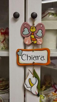 ceramica come mestiere: Targhetta personalizzata con soggetti farfalla e c...