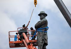 Workers in New Orleans take down statue of Robert E. Lee in 2017