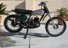 Honda Elsinore Imagine one of these gems laying on its side out in the elements and the owner wont sell it. Yes, your eyes should water. Piece of history right there. Motocross Racer, Motocross Bikes, Vintage Motocross, Mx Bikes, Cool Bikes, Dirt Bikes, Vintage Honda Motorcycles, Cars And Motorcycles, Off Road Moto