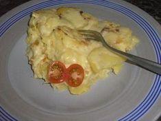 ÚŽASNÉ ZÁMECKÉ BRAMBORY 9-10 ks brambor, 0,5 kg tvrdého sýra, 2 x smetana/šlehačka, 6 stroužků česneku, sůl Brambory oloupeme a nakrájíme na 0,5cm kolečka, předvařit, na 50%, naskládám je do pekáče, na vrstvu brambor nasypu vrstvu sýra a mírně posolím a opět vrstva brambor a sýr...a tak vrstvíme 3 i 4 vrstvy, dle brambor a dle možnosti pečící nádoby. Ukončujeme vrstvou brambor a navrch nalijeme smetanu smíchanou s česnekem a solí a dáme péci.V horkovzdušné troubě 180-200°C 45min-1h Main Dishes, Side Dishes, Good Food, Yummy Food, Czech Recipes, No Salt Recipes, What To Cook, Food 52, Healthy Snacks
