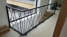 Well Designed Deck Railing Ideas for your Beautiful Porch and Patio! - Home Decor Ideas Modern Stair Railing, Staircase Handrail, Balcony Railing Design, Metal Stairs, Metal Railings, Modern Stairs, Staircase Design, Casa Magna, Escalier Design