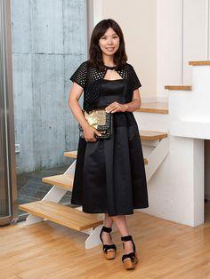 おしゃれに差をつけるフェミニンシックなブラックドレス。「エイベリーロウ」デザイナー、AKOさんのお呼ばれスタイルをご紹介。