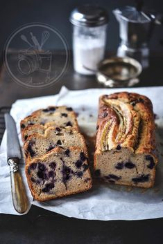 Banana bread with blueberries Almond Banana Bread, Blueberry Banana Bread, Chocolate Banana Bread, Healthy Banana Bread, Banana Bread Recipes, Calcium Rich Foods, Unsweetened Applesauce, Bread Cake, Cream Cheese Filling