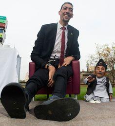Turco Sultan Kosen, à esquerda, e Chandra Bahadur Dangi (Encontro do homem mais alto do mundo com o mais baixo do mundo)