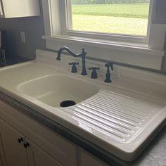 Farm Sink Kitchen, Vintage Kitchen Sink, Vintage Farmhouse Sink, Cast Iron Kitchen Sinks, White Farmhouse Sink, Vintage Sink, Old Farmhouse Kitchen, Farm House Sink, Cast Iron Farmhouse Sink