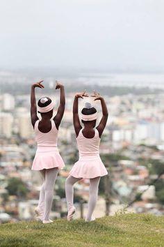 http://extra.globo.com/noticias/rio/bailarinas-descalcas-do-adeus-ganham-sapatilhas-roupas-de-danca-verba-para-reforma-da-sala-de-aula-10597576.html