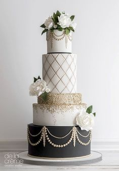 Going for the glam! Gold and black wedding cake. Maude and Hermione on Pinte - hochzeitstorte - Cake Recipes Black Wedding Cakes, Floral Wedding Cakes, Elegant Wedding Cakes, Elegant Cakes, Beautiful Wedding Cakes, Gorgeous Cakes, Wedding Cake Designs, Pretty Cakes, Wedding Cake Gold