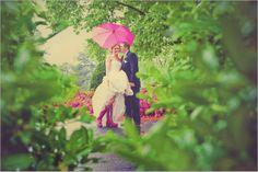 Noiva galocha e guarda chuva rosa.