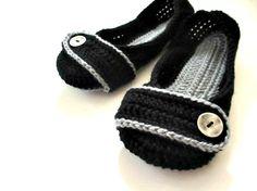 Pantofole uncinetto  nero e grigio pulsante di jaysboutiquecrochet, $36.00