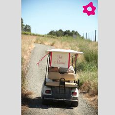 "Placas ""Just Married"" para o transporte dos noivos. #casamento #buggy #noivos"