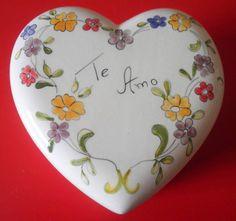 """Tema """" Te amo """" Caixa em formato de coração com flores coloridas!! Lindo porta Jóias de cerâmica pintado a mão, esmaltado e queimado. Além de ser, uma linda peça de decoração é muito útil para guarda suas jóias favorita. É um ótimo presente de dia das mães !!!  É também uma ótima opção de presente para o dia dos namorados !! Medidas:5,5 x 9,5 x 9,5 Valor da caixa S/ chocolate: R$ 56,00 Valor da caixa C/ Chocolate: R$ 66,00  * Veja os outros álbuns..... imperdível !!!!  *Sob encomenda a peça…"""