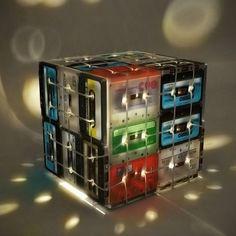 Creativa lámpara hecha con cassette reutilizados. Vive eco