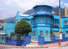 my favorite color! blue house in Bogota Colombia Cities, The Beautiful Country, Pictures Of People, Natural Resources, Planet Earth, Continents, South America, Color Blue, Places To Travel
