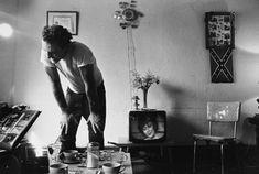 """Corky at Home, Chicago, 1966. Foto extraída del libro """"The Bikeriders"""" de Danny Lyon. Más en: http://desguaceweb.com"""