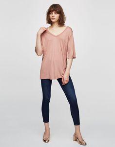 Camisa básica cuello pico - Camisetas - Ropa - Mujer - PULL&BEAR España