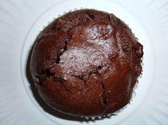 Receita de Muffins de Chocolate da Bill - 3 colheres (sopa) de margarina, 1 1/2 xícara (chá) de leite integral, 1 ovo, 2 xícaras (chá) de farinha de trigo, 1/2 xícara (chá) de cacau em pó, 7 colheres (sopa) de açúcar, 1/2 colher (chá) de sal marinho, 1/2 colher (chá) de essência de baunilha, 2 colheres (chá) de fermento em pó, 1/2 xícara (chá) de uvas passas pretas