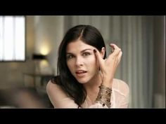 Dior Makeup. The secrets of the irresistible smokey eyes delivered by the famous beauty blogger Emily Weiss, from Into The Gloss. Discover more on www.dior-backstage-makeup.com.