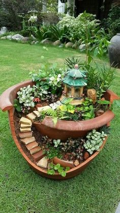 Have you ever seen a fairy garden? It is a miniature garden, a small magical wor. - Have you ever seen a fairy garden? It is a miniature garden, a small magical world you can create i - Broken Pot Garden, Fairy Garden Pots, Fairy Garden Houses, Diy Garden, Gnome Garden, Garden Care, Garden Crafts, Garden Projects, Diy Projects
