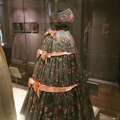 """""""Dentro do palácio há uma exposição de vestidos que pertenceram a algumas princesas e rainhas. Esse foi o meu preferido, de 1959, usado pela atual rainha…"""""""