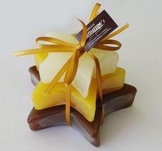Tres hermosos jabones gourmet en aromas: chocolate, vainilla y coco, en forma de estrellas. Un detalle inolvidable para agradecer a tus invitados su asistencia al evento más importante de tu vida. By JABONISIMO.