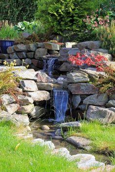 Deze natuurlijke waterval is ontstaan doordat we in het tuinontwerp een hoogteverschil hebben gemaakt.