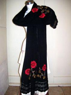 Ein liebevoll besticktes schwarzer spanischer #Schal in der #Pashmina #Stricktechnik aus den Anden #Perus. Eine aufwändige peruanische #Handarbeit aus kostbarer #Alpakawolle.