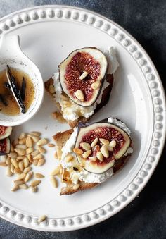 Toast with ricotta, pine nuts, honey and figs: