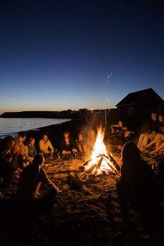 Precious Tips for Outdoor Gardens - Modern Summer Nights, Summer Vibes, Beach Bonfire, Summer Bonfire, Party Summer, Beach Camping, Outdoor Camping, Summer Aesthetic, Camping Aesthetic