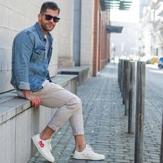 This off-duty pairing of a blue denim jacket and beige chinos is a fail-safe option when you need to look cool and casual in a flash. For a more casual spin, complement this outfit with a pair of white low top sneakers. Fashion Kids, Look Fashion, Urban Fashion, Daily Fashion, Trendy Fashion, Mens Fashion, Fashion Outfits, Fashion Spring, Fashion Menswear