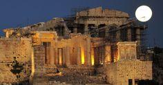 Lua cheia aparece atrás da ruínas da Acrópoles de Atenas, na Grécia. O governo abriu museus e outros locais de visitação para que os turistas aproveitem o fenômeno da Lua Azul MAIS Louisa Gouliamaki/AFP