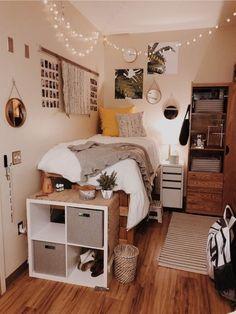 Doorm room ideas, small bed room ideas, dorm room ideas for girls, bedroom College Bedroom Decor, Cool Dorm Rooms, Teen Bedroom, Bedroom Themes, Bedroom Small, Bedroom Bed, Bed Room, Bedroom Brown, Preppy Dorm Room