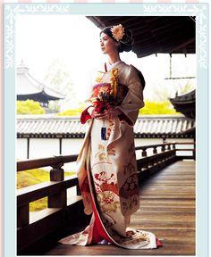 gorgeous GourNavi Japanese Wedding Kimono. 高貴な鳳凰文の中でも、特に王朝文化で珍重された吉兆文様を施した引き振袖。婚礼の華やかさと花嫁の可憐さを感じさせる色柄