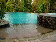 love this idea for a pool   piscina desbordante y árboles al fondo