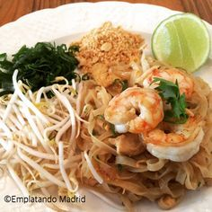 Receta de Pad Thai Tailandés Thai Recipes, Asian Recipes, Healthy Recipes, Pad Thai Receta, Tofu, Phad Thai, Thai Pasta, Yams, Easy Cooking