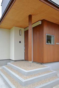 完成クリーニング後のT邸の玄関ポーチ。天井のウェルドパネル、米杉の板、玉砂利洗い出しの調和がシャープで良い感じです。アルミの玄関引戸と木部の塗装の色が完璧にマッチしました。メーカーの技術が素晴らしいのかアルミの玄関ドアも本物の木製品に見えてしまいます。
