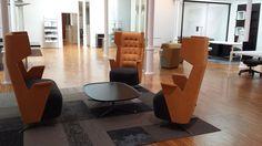 Butacas con puerto USB family EMBRACE del diseñador Jorge Pensi para Estel Puerto Usb, Floor Chair, Showroom, Barcelona, Conference Room, Flooring, Table, Furniture, Home Decor