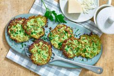 Diese köstlichen Zucchinipuffer sind die ideale Alternative für ein kalorienarmes, gesundes Abendessen.