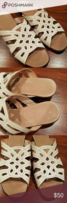 NWOT Munro slip on white sandals size 8 1/2 . munro Shoes Sandals