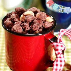 2 xícaras (chá) de amendoim torrado  - 1 xícara (chá) de açúcar  - 1/2 colher (chá) de fermento em pó  - 2 colheres (sopa) de chocolate em pó solúvel