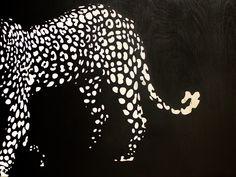 Leopardi. Koivuvanerille maalattu taulu