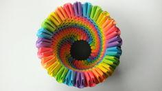 Diese Regenbogen-Origami-Stifthalter macht die perfekte Schreibtisch-Accessoire, Veranstalter oder Geschenk! Aus mehr als 400 individuell geschnitten, gefaltet und abgerundete Stücke, steht dieser Bleistift (oder Stift!) Halter nur schüchtern von 4 Zoll groß. Freuen Sie sich auf ein