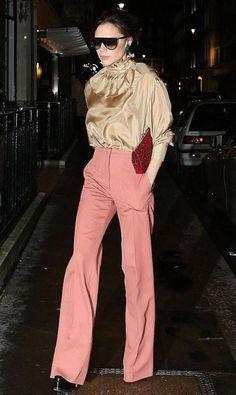 Victoria Beckham braves the wintry December weather in peach flares - Flare weather girl! Victoria Beckham braves the wintry December drizzle as she visits her London st - Victoria Beckham Outfits, Victoria Beckham Style, Love Fashion, Fashion News, Womens Fashion, Fashion Design, Fashion Outfits, Style Fashion, Zendaya Coleman
