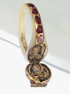Anel da Rainha Elizabeth I, é possível vislumbrar o perfil da própria rainha e na outra parte o perfil de sua mãe Anna Bolena em ouro com rubis e pérolas.