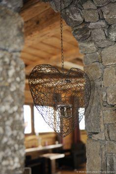 Décoration chalet pierre et bois. Suspension en métal. Des matériaux nobles et des accords harmonieux, pour un subtil mariage entre confort et esthétique...