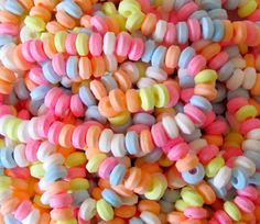These pretty candy necklaces are the perfect party bag gift for princesses, fairies and ballerinas. Candy Girls, Marshmello Wallpapers, 2000s Party, Candy Necklaces, Bead Necklaces, Retro Sweets, Vintage Sweets, Vintage Candy, 80s Theme