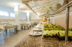 Hotel RH Sol - Comedor y Buffet Buffet, Table Decorations, Furniture, Home Decor, Dining Room, Restaurants, Decoration Home, Room Decor, Home Furnishings