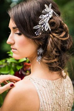 This berry and wine wedding inspiration from Portland, Oregon combines this year's trend of using berries in wedding decor with glamourous vintage styling. Wedding Hair Half, Wedding Hair Flowers, Flowers In Hair, Wedding Dresses, Vintage Hairstyles, Wedding Hairstyles, Gatsby Wedding, Wedding Blog, Elegant Wedding