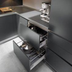 افصلي المكينات والأغراض ذات الستخدام اليومي عن تلك ذات الستخدام القليل. فلديك الأدوات الكهربائية التي تستخدمينها يوميا كغلّاية المياه ومكينة القهوة، يجي أن تكون سهلة الوصول اليها والأفضل أن توضع على سطح الحوض. أما المكينات الكهربائية الأخرى التي قلّ ما تلجئين لها في يوميّاتك في داخل خزانة الأبعد المنال (كالخلّاط والشوّاية وطابخة الأرز